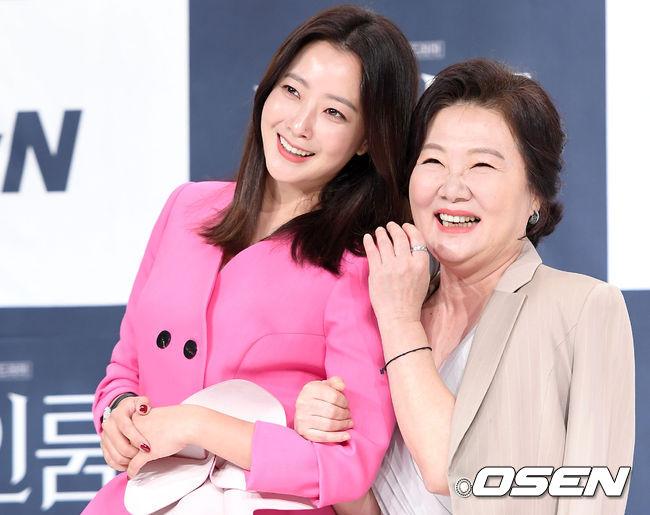 Hai nghệ sĩ nữ chính khá thân thiết trong buổi họp báo. Kim Hee Sun và Kim Hae Sook sẽ hoán đổi linh hồn trong phim mới này.