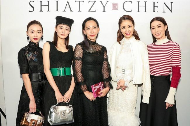Lâm Tâm Như cùng Xa Thi Mạn (ngoài cùng bên phải), Ngô Cẩn Ngôn (ngoài cùng bên trái) và các khách mời tại show thời trang.