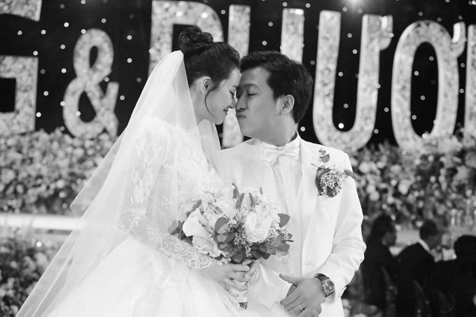 Khoảnh khắc hạnh phúc trong hôn lễ của cặp đôi.