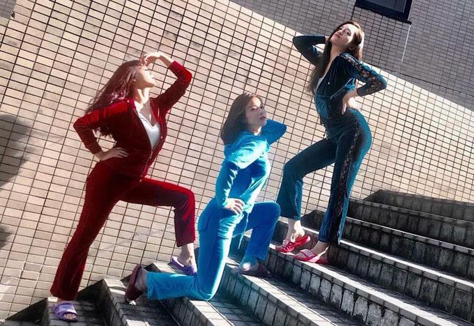Các nữ diễn viên tạo dáng hài hước với quần áo và dép màu sắc.