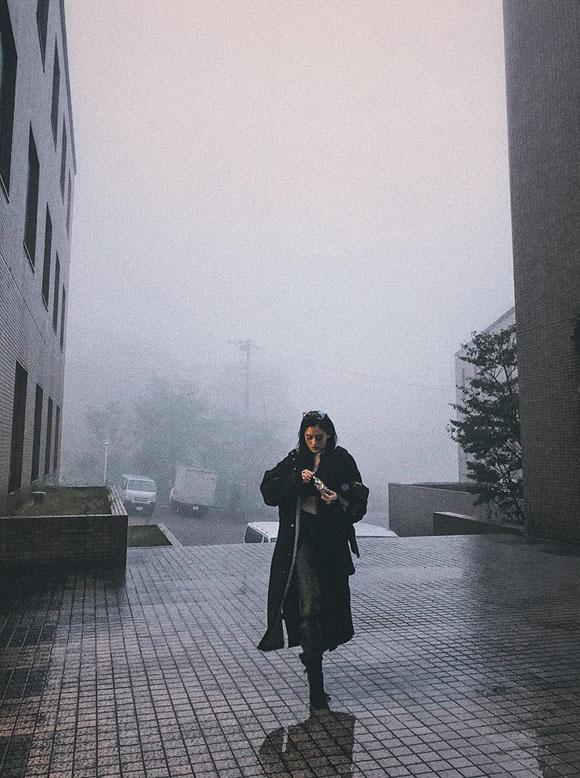 Chủ nhật tuần trước, Thùy Anh cập nhật trang cá nhân, cho biết cô gặp bão trong chuyến công tác Nhật Bản. Nữ diễn viên tiết lộ thêm với Ngoisao.net, bão Trami bất ngờ quét qua địa điểm quay khi đoàn phim đang làm việc, gây ra mưa lớn và gió mạnh, cảm giác rất đáng sợ. Thỳ Anh chụp tấm hình này trước khi cơn bão ập đến.