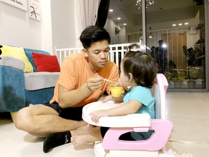 Trọng Hiếu làm show thực tế về một ngày chăm sóc các em nhỏ dưới 12 tháng tuổi.