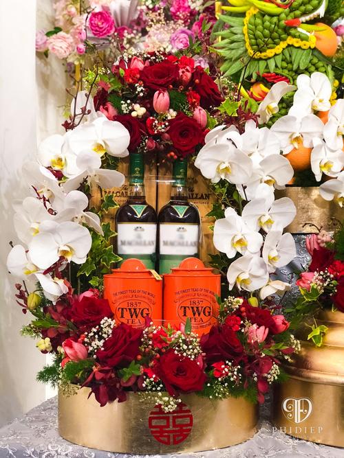 Theo đại diện của Phi Điệp wedding planner, đơn vị cung cấp bộ tráp ăn hỏi Lan Khuê, khay trà rượu có giá trị lớn nhất. Tráp gồm hai chai rượu, mỗi chai có giá 30 triệu đồng và hai hộp trà thượng hạng có xuất xứ Singapore.