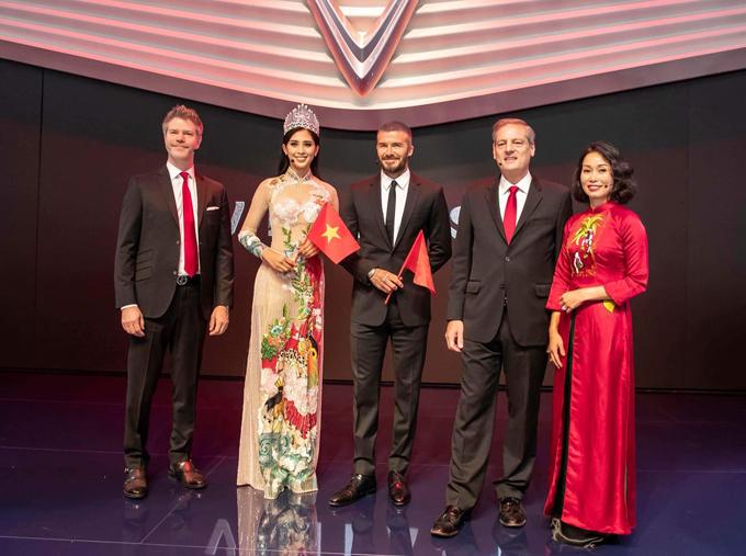 Tiểu Vy diện áo dài thêu truyện cổ tích Việt khi xuất hiện cùng Beckham - ảnh 1