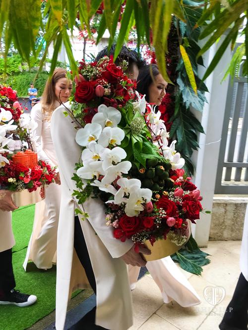 Mỗi mâm quả đều được kết hoa trang trí cầu kỳ với những bông hoa nhập khẩu từ nước ngoài.