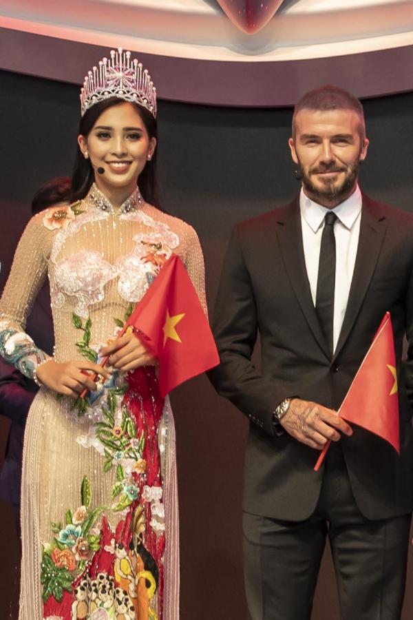Chiều 2/10, Hoa hậu Trần Tiểu Vy có dịp gặp gỡ David Beckham tại một sự kiện ra mắt xe hơi tại Paris, Pháp. Đây là chuyến xuất ngoại đầu tiên với cương vị Hoa hậu Việt Nam nên Tiểu Vy khá hào hứng và chuẩn bị chu đáo. Xuất hiện trên sân khấu, cô diện áo dài duyên dáng, đeo vương miện và cầm lá cờ Việt Nam. Sự xuất hiện của người đẹp và cựu danh thủ quốc tế trở thành tâm điểm của sự kiện.