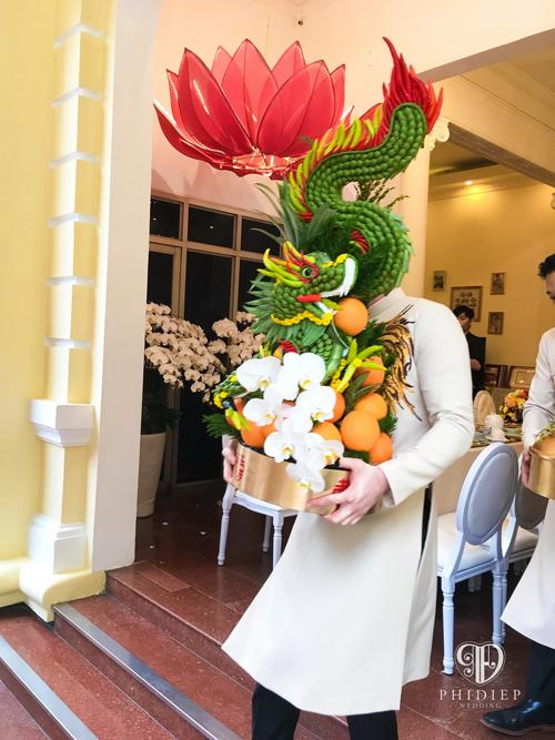 Gia đình chú rể chọn những trái cam nhập khẩu với màu vàng tươi nổi bật cho mâm quả kết rồng bởi theo quan niệm của người Á đông, cam là biểu tượng cho sức khỏe tràn đầy, may mắn sung túc.