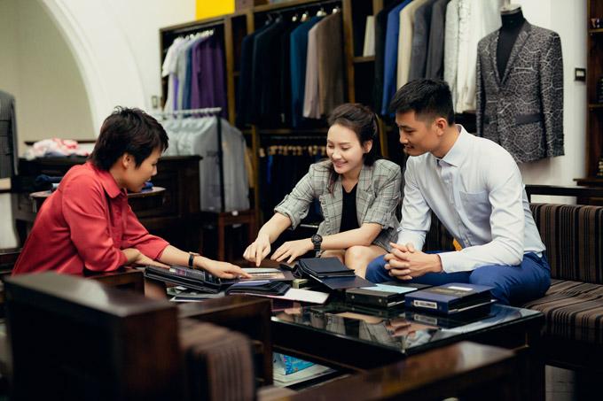 Diễn viên Ngày ấy mình đã yêu nhờ NTK Xuân Lê may riêng cho ông xã bộ vest vừa vặn với số đo cơ thể. Đích thân cô cùng bàn bạc với NTK Xuân Lê để chọn ra màu vải cũng như phong cách vest trẻ trung cho chồng.