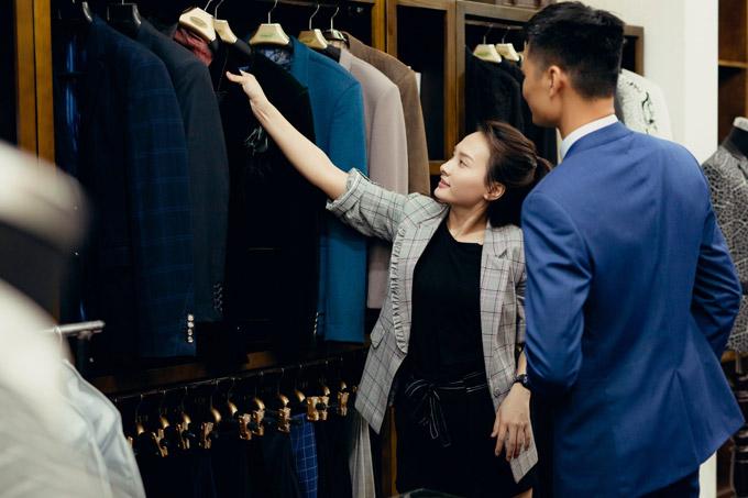 Cô còn tư vấn, chọn cho anh thêm một số mẫu vest khác tại showroom của NTK Xuân Lê.