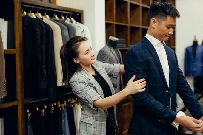 Bảo Thanh tự tay chỉnh sửa, ngắm trang phục cho chồng.