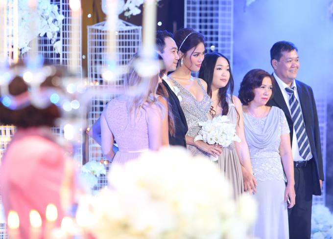Tối 4/10, Lan Khuê và thiếu gia Tuấn John tổ chức tiệc cưới hoành tráng tại một địa điểm sang trọng ở TP HCM.