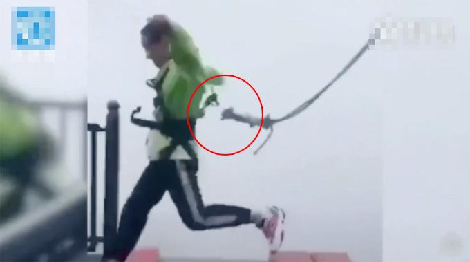 Dây cáp an toàn bị tuột khi du khách chơi trò mạo hiểm tại công viên Wansheng Ordovician, Trùng Khánh, hôm 1/10. Ảnh cắt từ video.