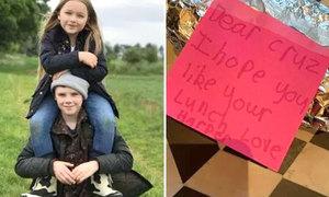 'Công chúa' Harper chuẩn bị bữa trưa, viết lời nhắn 'đốn tim' cho anh Cruz