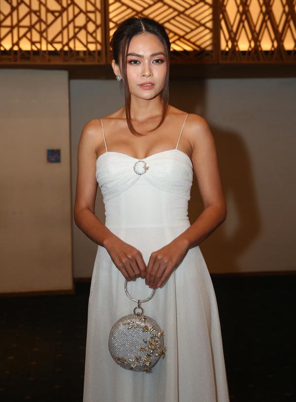 Á hậu Mâu Thủy diện váy dây gợi cảm đi ăn cưới.