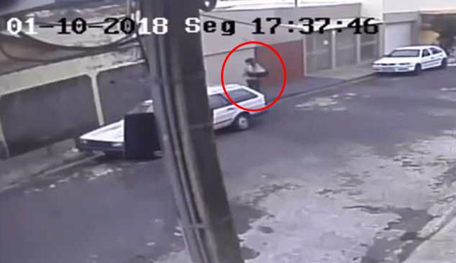 Người phụ nữ 25 tuổi đặt con vào khay rác bên đường rồi bỏ đi chiều 1/10 ở khu phố thuộc Uberaba, Brazil. Ảnh cắt từ video.