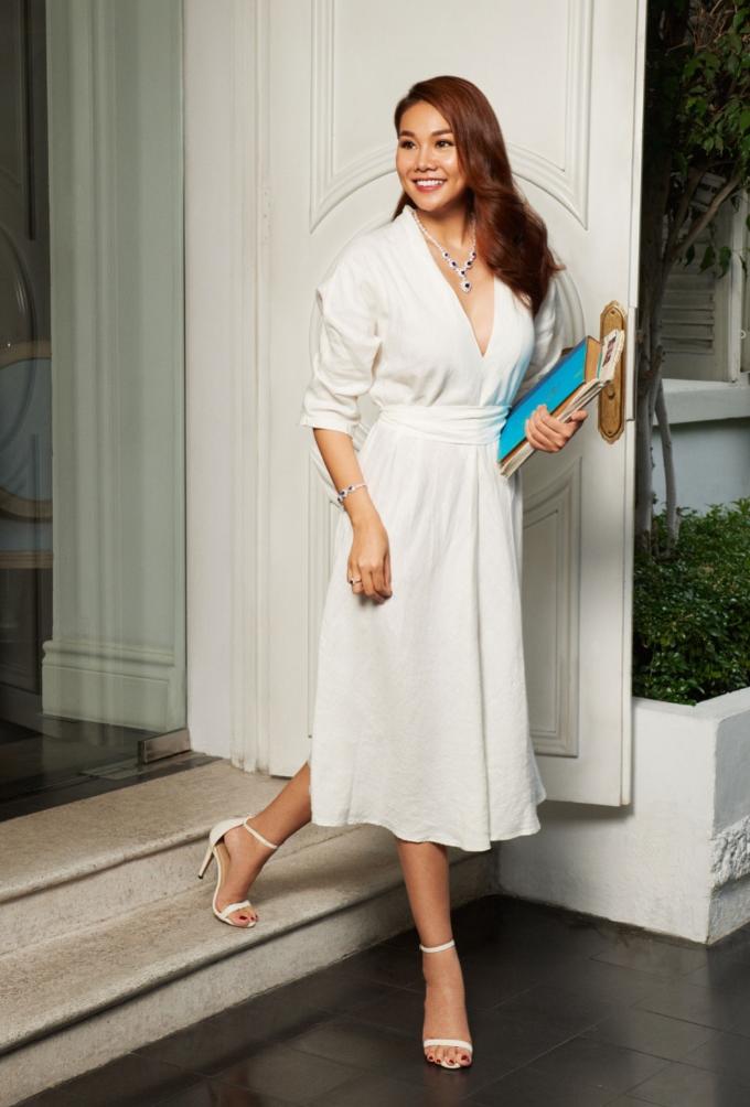 Hướng đến hình ảnh quý cô thanh lịch, Thanh Hẳng diện đầm trắng tốigiảnLần này, nữ siêu mẫu kết hợp cùngtrang sức đá sapphire màu xanh phối cùng kim cương của thương hiệu PNJ, với ánh sắc lấp lánh.