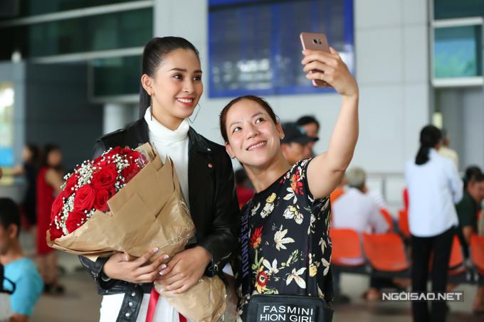 Nhiều khán giả nhậnra Hoa hậu và xin chụp ảnh kỷ niệm. Từ khi đăng quang, Tiểu Vy tất bật các lịch hoạt động và chỉ có hai ngày ngắn ngủi về thăm gia đình ở Hội An.