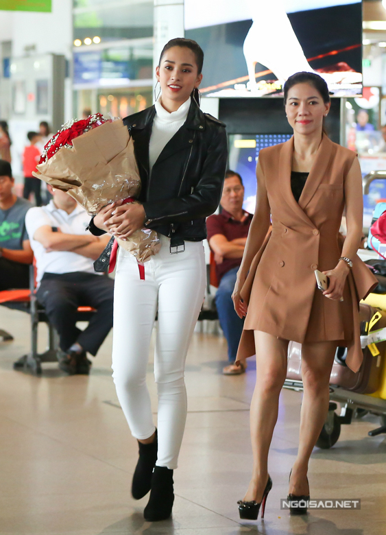 Tiểu Vy cùng bà Phạm Kim Dung - phó trưởng BTC Hoa hậu Việt Nam - nán lại sân bay tiễn Á hậu 1 Phương Nga. Sáng nay, Phương Nga chính thức lên đường sang Myanmar dự thi Miss Grand Inte ational.