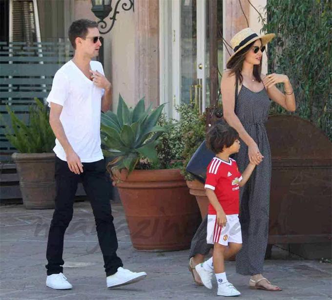 Miranda bên cậu con trai Flynn và người chồng hiện tại - tỷ phú Evan Spiegel. Siêu mẫu vẫn chưa tiết lộ hình ảnh con trai thứ hai.