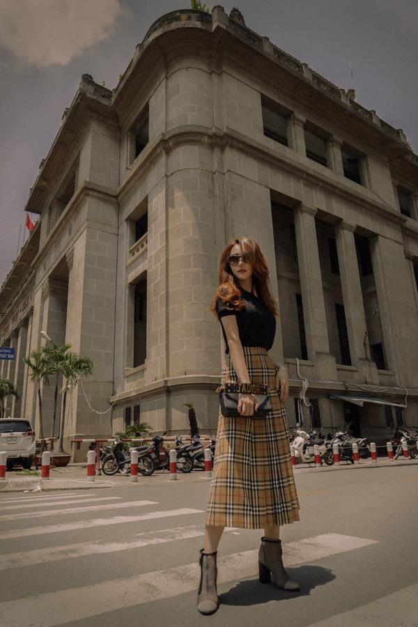 Ngân Khánh tiết lộ trong phim mới nhất cô cũng mặc toàn trang phục hàng hiệu để sắm vai một tiểu thư nhà giàu sang chảnh, kênh kiệu.