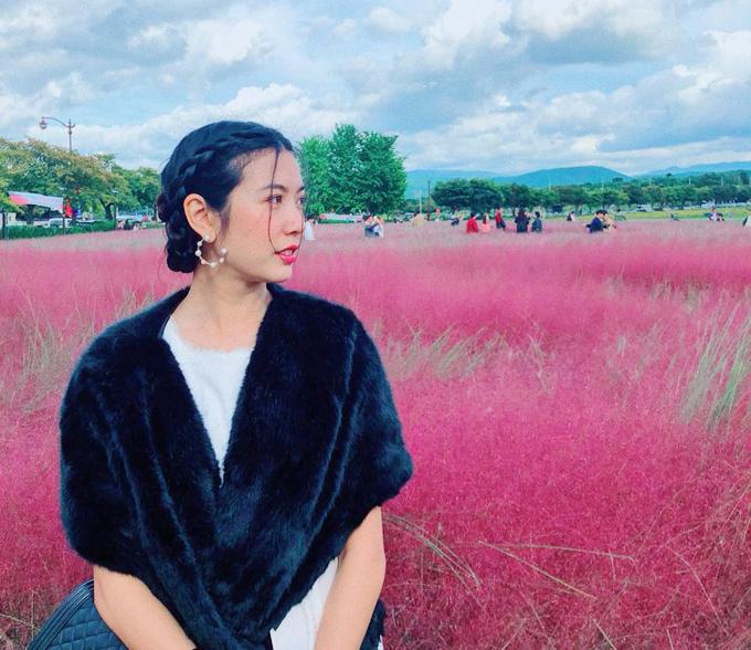 Cô chia sẻ: Ngày cuối cùng ở Gyeongju, ngày mai là em phải về lại Việt Nam rồi. Mùa này thời tiết mát và cảnh thì đẹp ơi là đẹp chụp mãi không biết chán. Yêu quá đi. Hy vọng năm sau lại có cơ hội đến trình diễn ở đâynữa nhé. Là thành phố cổ sở hữu nhiều di tích lịch sử nhưng thành phố này còn nổi tiếng bởi một cánh đồng cỏ hồng đẹp rụng tim, thu hút khách du lịch từ cả Seoul lẫn Busan.