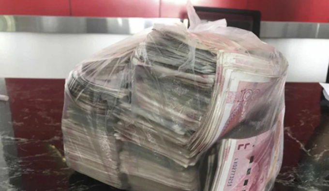 Bọc tiền tương đương gần 22.000 USD chị Li Man tìm thấy trong thùng rác khu trung tâm thương mại Hải Khẩu, Hải Nam, Trung Quốc sáng 2/10. Ảnh: China News.
