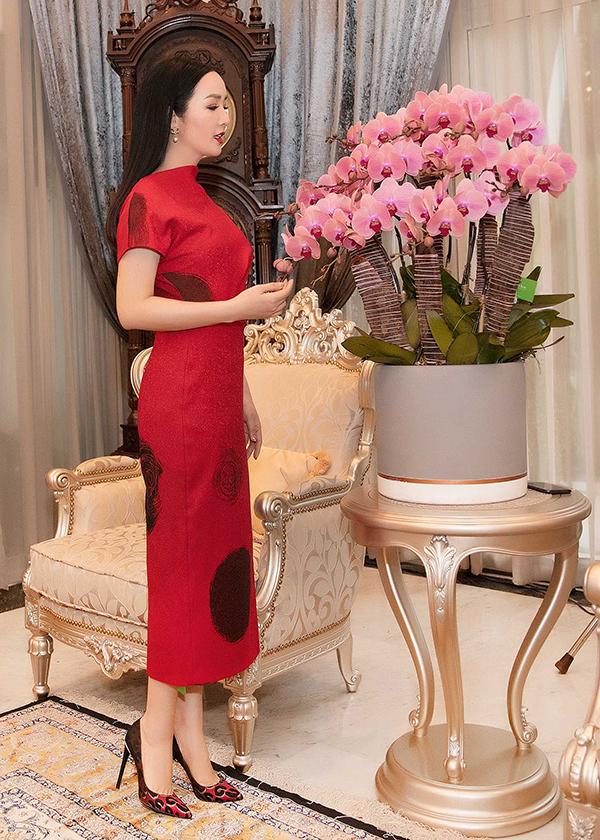 Đi đôi với việc chọn sắc màu để khéo khoe ưu điểm của làn da, Giáng My còn gợi ý thêm các mẫu đầm liền thân mang lại nét thanh lịch cho nàng công sở hiện đại.