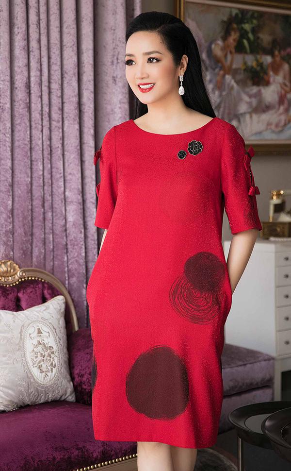 Váy đỏ rực rỡ tôn làn da trắng sáng và khiến người mặc luôn nổi bật khi xuất hiện ở nhiều bối cảnh khác nhau.
