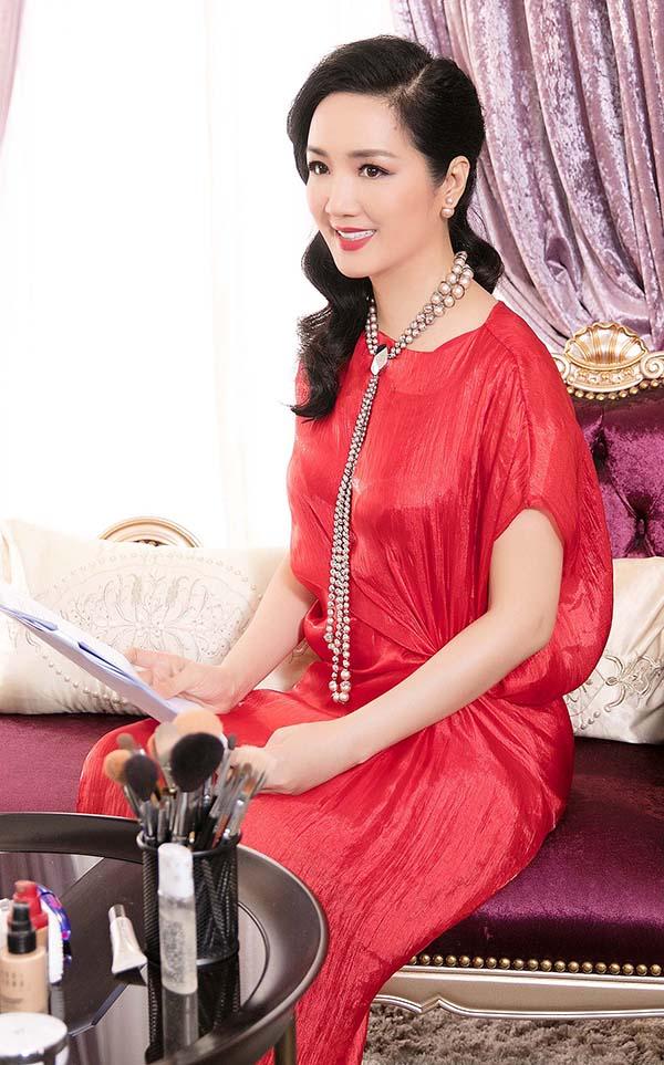 Váy lụa đỏ được tạo điểm nhấn bằng chi tiết xoắn eo để mang tới tinh thần thời thượng với xu hướng thời trang thịnh hành.