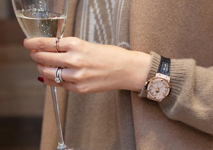Dương Thuỳ Linh còn chơi trội khi đeo đồng hồgắn kim cương có giá 34.000 USD (khoảng 792 triệu đồng).