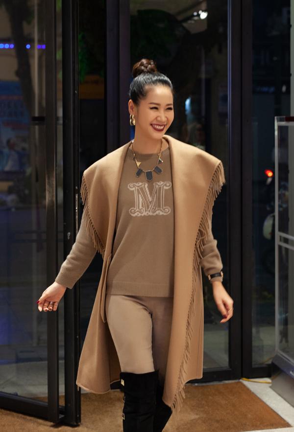 Gái một con tiết lộ, set đồ gồm áo len, áo khoác, quần ton sur ton mà cô mặc có giá khoảng 6.000 USD (gần 140 triệu đồng). Cô mix cây đồ hiệu màu camel với boots Valentinomàu đen thời thượng cùng một số phụ kiện hoa tai, vòng cổ ánh kim.