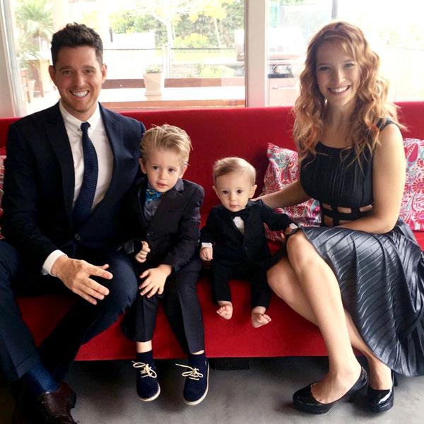 Vợ chồng Michael Buble bên bé Noah (thứ hai từ trái sang) và con cậu con trai Elias trong bức ảnh chụp giữa năm 2006.