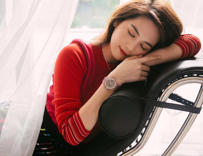 Chiếc đồng hồ thứ ba của Ngọc Trinh là màu hồng, có giá khoảng 1,5 tỷ đồng.