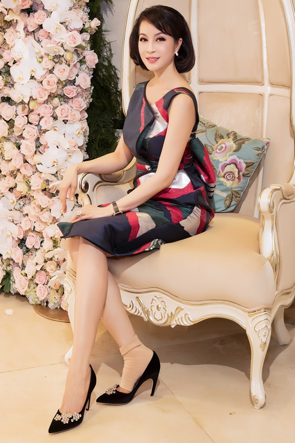 Cuối tuần qua, MC Thanh Mai khai trương chi nhánh thẩm mỹ viện mới của cô. Người đẹp diện váy thanh lịch, khoe nhan sắc cuốn hút ở tuổi 45. Dù một bàn chân bị trật khớp, người đẹp vẫn cố gắng đón tiếp khách mời là bạn bè, đồng nghiệp thân thiết.