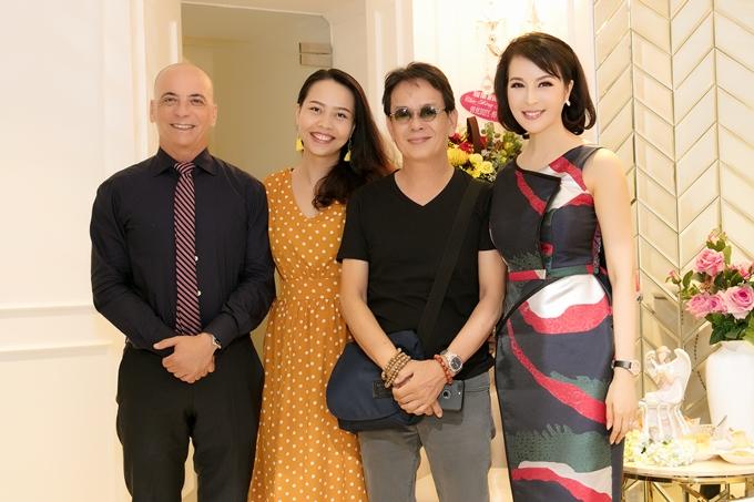 Vợ chồng nhạc sĩ Quốc Huy (giữa)