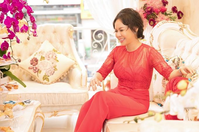 Việt Hương hiếm hoi đi sự kiện. Nhưng vì mối quan hệ chị em thân thiết với Thanh Mai, cô quyết định dành thời gian đến chúc mừng nữ diễn viên khai trương cơ sở mới. Việt Hương cho biết ở tuổi 40, cô bắt đầu chú trọng việc làm đẹp, chăm sóc bản thân nhiều hơn nên thường xuyên nhờ MC Thanh Mai chia sẻ nhiều kinh nghiệm quý báu.