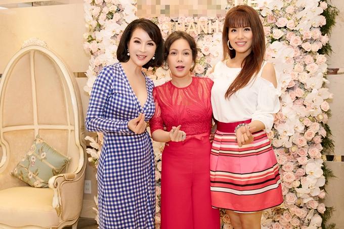 Diễn viên Việt Hương (giữa), Á hậu Băng Châu chụp hình kỷ niệm,chung vui cùng Thanh Mai.