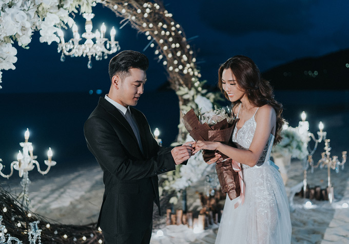 Từ khi yêu Ưng Hoàng Phúc, Kim Cương lùi về hậu phương để hỗ trợ chồng phát triển sự nghiệp ca hát. Cô hạnh phúc khi được ông xã lồng vào tay chiếc nhẫn kim cương lấp lánhtrị giá hơn 1 tỷ đồng.
