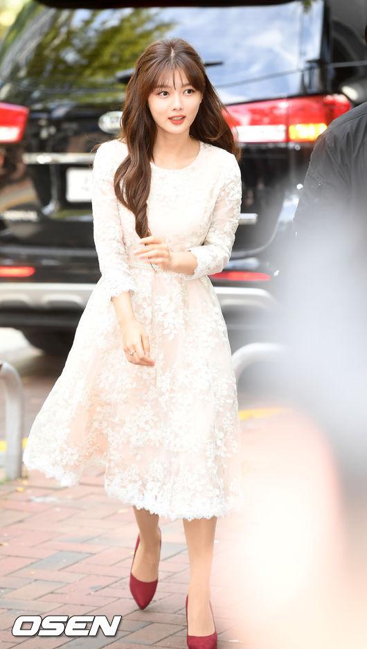 Kim Yoo Jung dự buổi ký tặng fan tại Đại học nữ sinh Ewha chiều nay 8/10. Nữ diễn viên