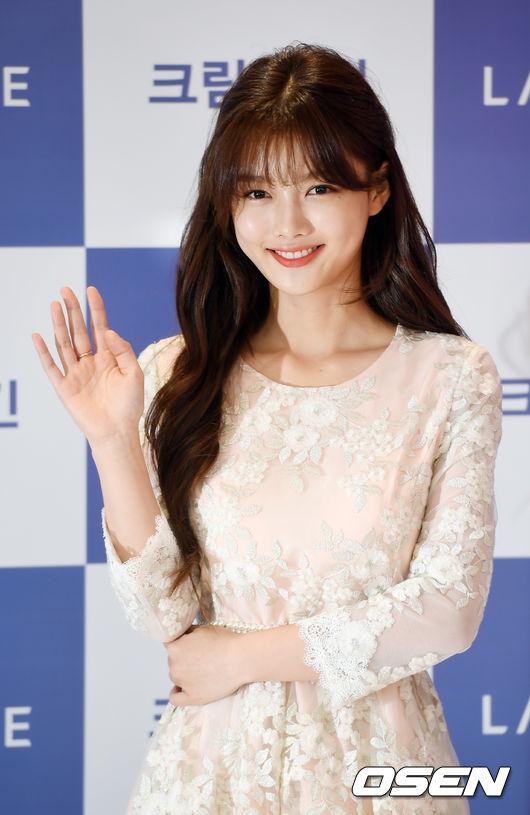 Kim Yoo Jung mới 5 tuổi, đến nay, cô đã có thâm niên 14 năm trong nghề. Bộ phim đầu tiên mà cô tham gia là tác phẩm về đề tài chiến tranh, DMZ. Với gương mặt bầu bĩnh, đôi mắt sáng trong, diễn xuất giàu cảm xúc, Kim Yoo Jung từng được bình chọn là diễn viên nhí xinh nhất xứ Hàn.
