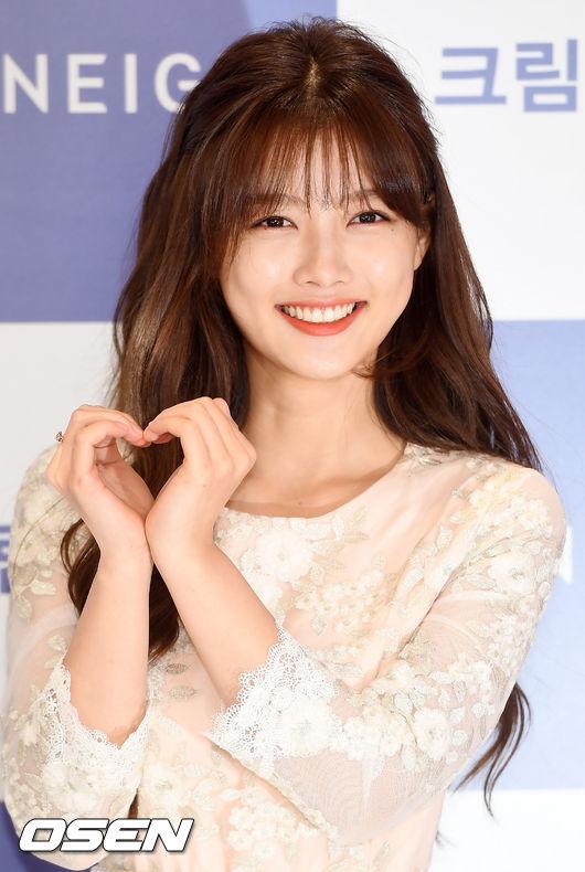 Gương mặt xinh nổi trội của Kim Yoo Jung. Khán giả Việt Nam biết đến cô qua nhiều bộ phim như  Iljimae, Dong Yi[1], The Moon Embracing the Sun [2][3][4][5], Secret Door
