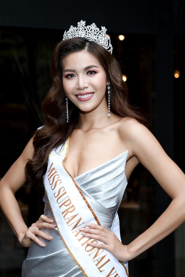 Minh Tú được trao dải băng và vương miện đại diện Việt Nam thi Hoa hậu Siêu quốc gia 2018.