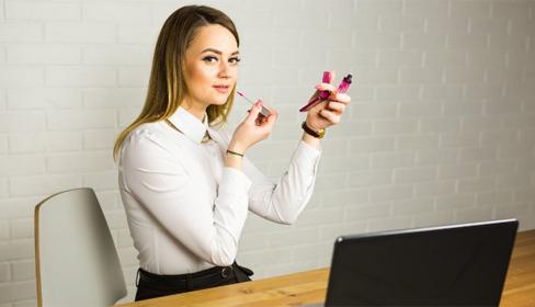 6 món mỹ phẩm chị em công sở nào cũng cần thủ sẵn trên bàn làm việc