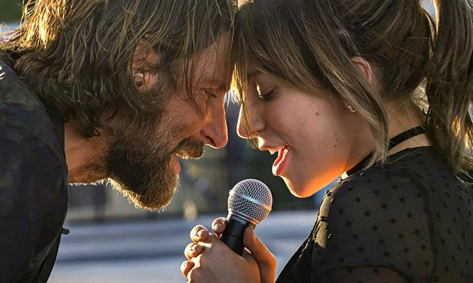 Lady Gaga và Bradley Cooper trong một cảnh quay song ca tình tứ