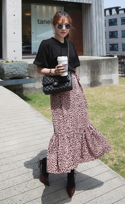 Chân váy in họa tiết da beo sẽ giúp bạn gái thể hiện phong cách sành điệu cùng xu hướng thời thượng. Kết hợp với kiểu chân váy bắt mắt là trang phục áo thun đen, giầy mũi nhọn, túi Chanel kiểu dáng classic.