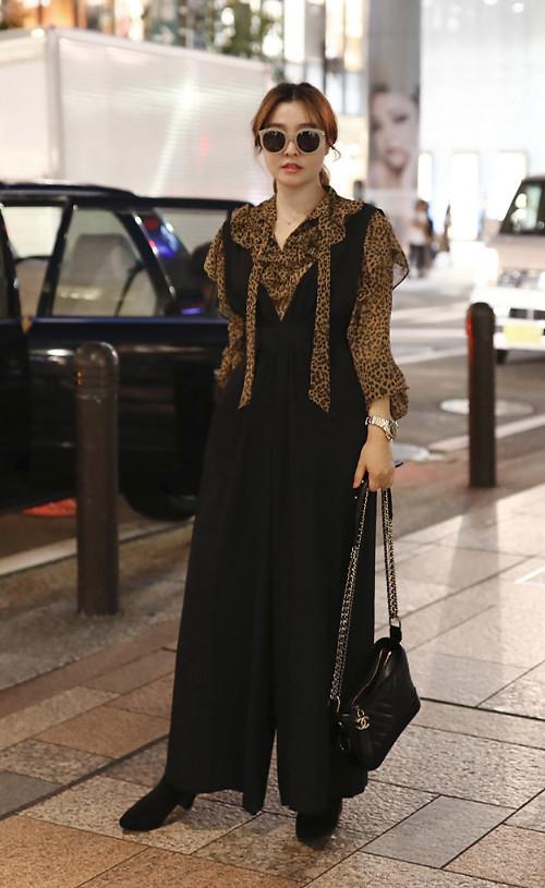 Áo blouse thiết kế trên chất liệu lụa mềm trở thành điểm nhấn cho set đồ có sắc đen bao trùm. Kiểu jumpsuit hai dây ống rộng vừa tôn nét cá tính vừa mang lại vẻ thanh lịch. Tuy nhiên đây là set đồ chỉ phù hợp với các bạn gái có vóc dáng mảnh mai và chiều cao lý tưởng.