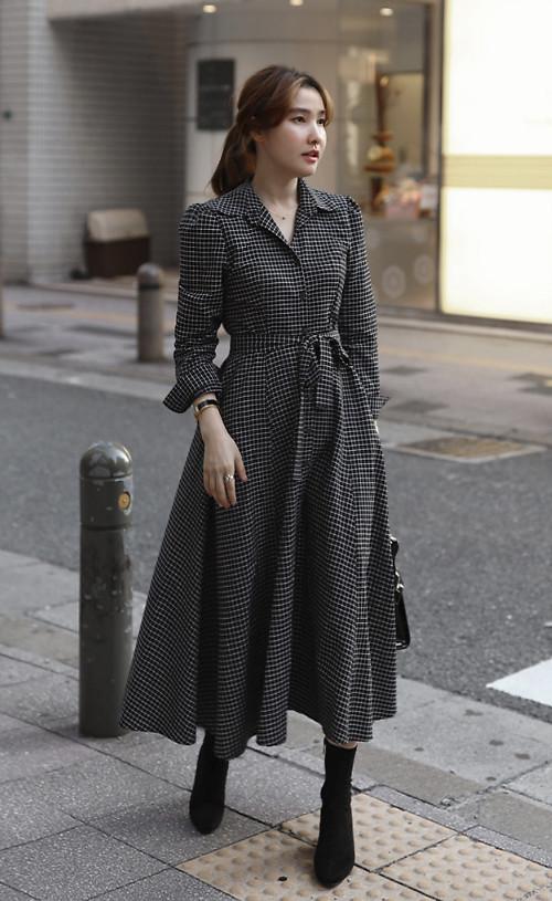 Với những ngày quá bận rộn và ngại chọn áo choàng để mix-match cùng các set đồ công sở, các bạn gái có thể chọn váy thắt eo phom dáng cổ điển. Chất liệu vải tweed, vải bố mỏng tạo sự trang nhã và vẫn có thể giúp các nàng giữ ấm.