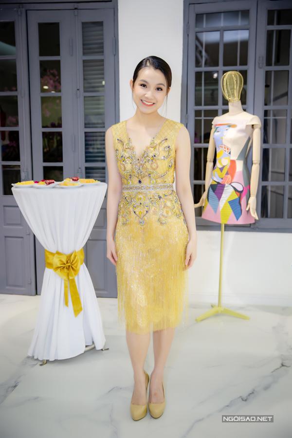 Người đẹp diện đính đá màu vàng nổi bật, ôm trọn lấy thân hình thon thả.