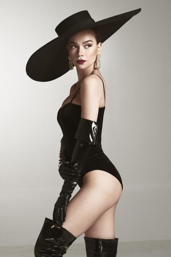 Hồ Ngọc Hà và êkíp thực hiện bộ anh có ý tưởng về thập niên 80s - thời kỳ hoàng kim của âm nhạc và thời trang. Trong một shoot ảnh, cô diện trang phục áo tắm, khoe hình thể nóng bỏng ở tuổi 35.