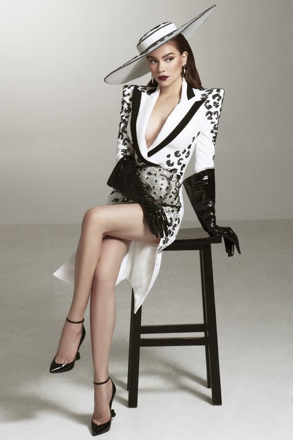 Asias Next Top Model là chương trình truyền hình thực tế về nghề người mẫu, dành cho những người mẫu đến từ các quốc gia trong khu vực châu Á tham gia. Để nhận lời tham gia chương trình, Hồ Ngọc Hà phải sắp xếp thời gian vì lịch trình bậnrộn của mình, đồng thời trau dồi thêm ngoại ngữvì toàn bộ chương trình phải sử dụng tiếng Anh và không có thông dịch viên.